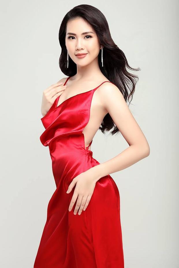 Cô nàng là thi sinh duy nhất được BGK yêu cầu trình diễn catwalk áo dài, bên cạnh phần thi bikini cùng trang phục dạ hội trước đó.