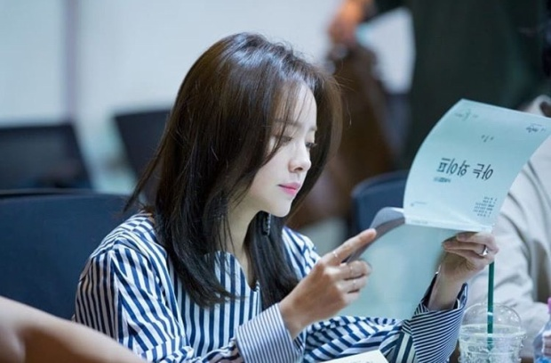 Góc nghiêng thần thánh của cô diễn viên 36 tuổi. Nhiều đồng nghiệp và người hâm mộ nhận định rằng, Han Ji Min là cô gái đẹp từ trong lẫn ngoài. Với trái tim ấm áp, luôn đi làm từ thiện, nữ diễn viên dễ dàng chiếm giữ được trái tim của fan.