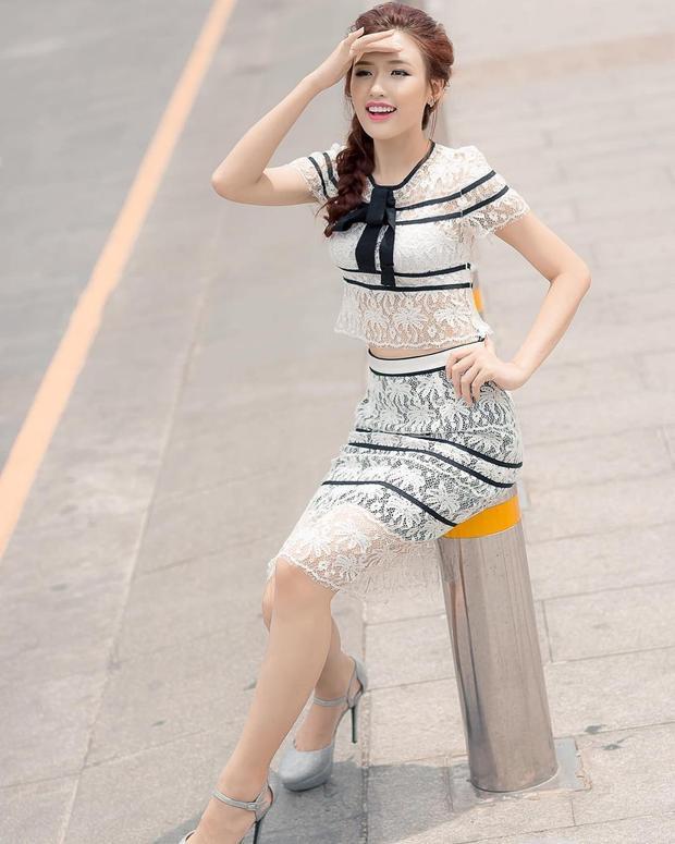 """Set áo croptop cùng chân váy ren """"mỏng như sương"""" là cách để Phương Chi The Face trở nên nổi bật khi xuống phố ngày hè."""