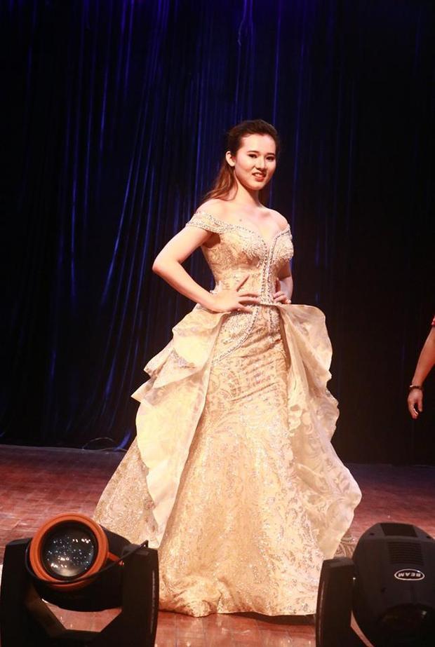 Thí sinh Thái Thị Huyền Trang trông không khác gì công chúa trong trang phục dạ hội.