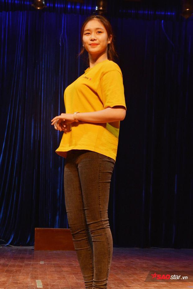 Thí sinh Kiều Trinh tạo dáng nữ tính cho phần trình diễn của mình.