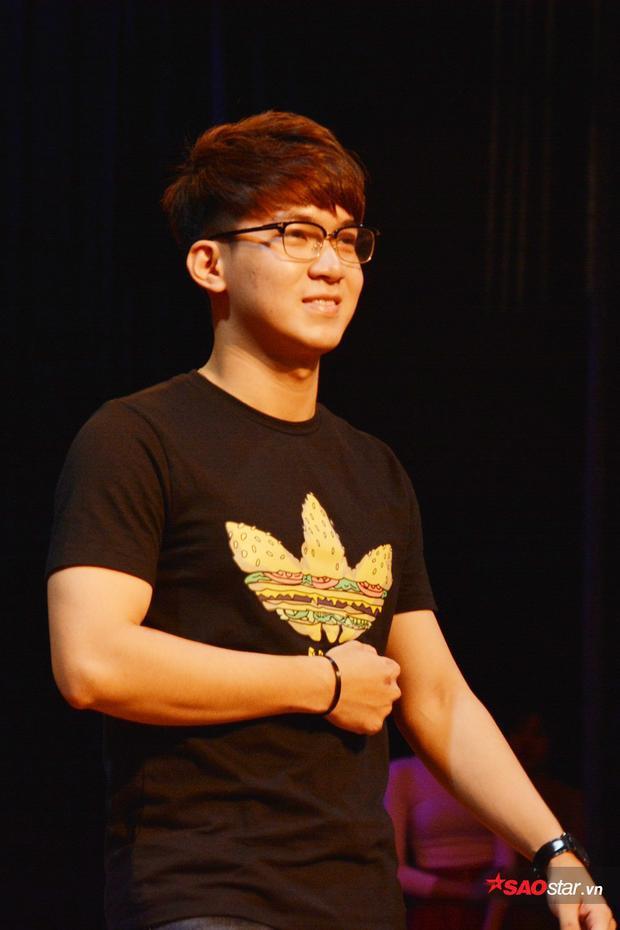 Thí sinh Đặng Văn Quang nở nụ cười tươi rói trong buổi tổng duyệt.