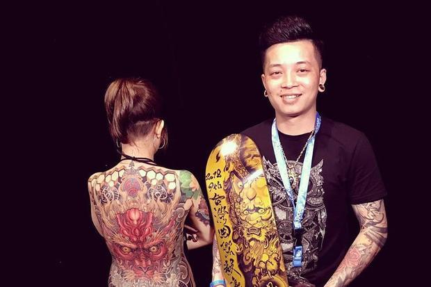 Nghệ sĩ xăm Lâm Việt và tác phẩm trên cơ thể vợ giành giải nhất hạng mục Nghệ sĩ tattoo lớn nhất châu Á tại Taiwan Tattoo Convention 2018. Ảnh: NVCC.