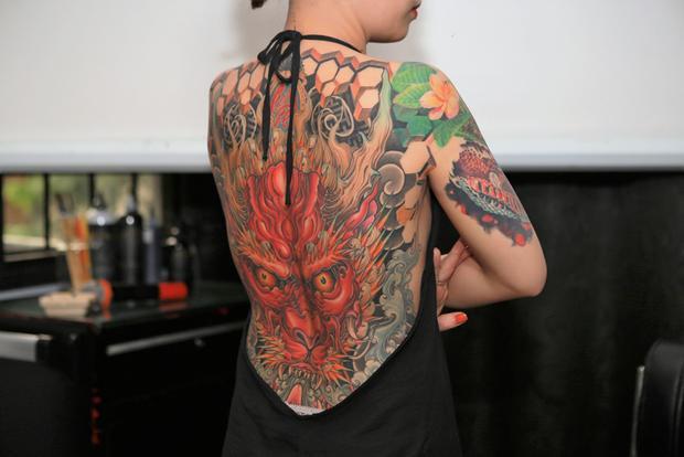 Vợ Lâm Việt giấu gia đình việc thực hiện hình xăm kín lưng để chồng đi thi. Ảnh: Tuấn Trần.