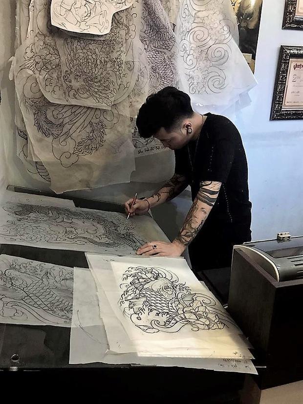 Mỗi ngày nghệ sĩ Lâm Việt dành khoảng 3-4 tiếng cho việc sáng tạo tác phẩm trên giấy. Ảnh: NVCC.