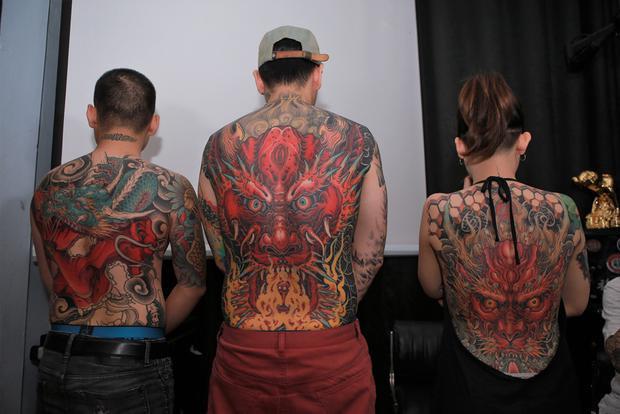 Hai tác phẩm được giải về xăm hình của Lâm Việt (giữa, phải) và tác phẩm đang được hoàn thiện để chuẩn bị tham gia International Conversation Tattoo Berlin 2018 diễn vào tháng 8 tới tại Đức. Ảnh: Tuấn Trần.