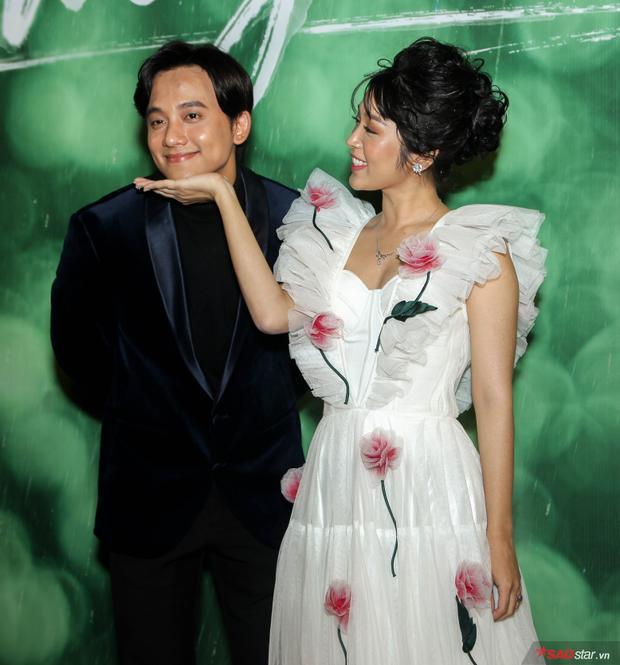 Việt Hương chu môi cùng em gái mưa Thùy Linh  Mai Tài Phến, Trang Hý duyên dáng từ phim đến đời