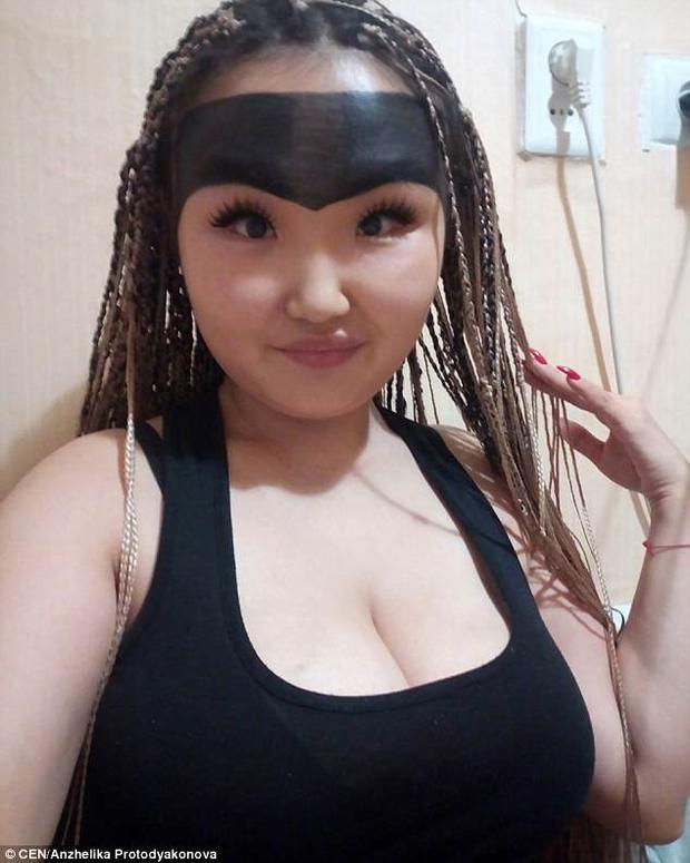 Anzhelika Protodyakonova, 20 tuổi, đến từ Yakutsk, Nga trở thành hiện tượng mạng nhờ vào cặp lông mày kỳ dị của mình.