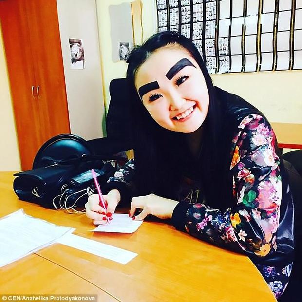 Người dùng nhanh chóng điều tra ra thông tin của cô gái kỳ dị này. Chỉ trong một thời gian ngắn, trang Instagram của Anzhelika đã nhận được 90.000 lượt theo dõi vì gu thời trang lạ lùng của cô.
