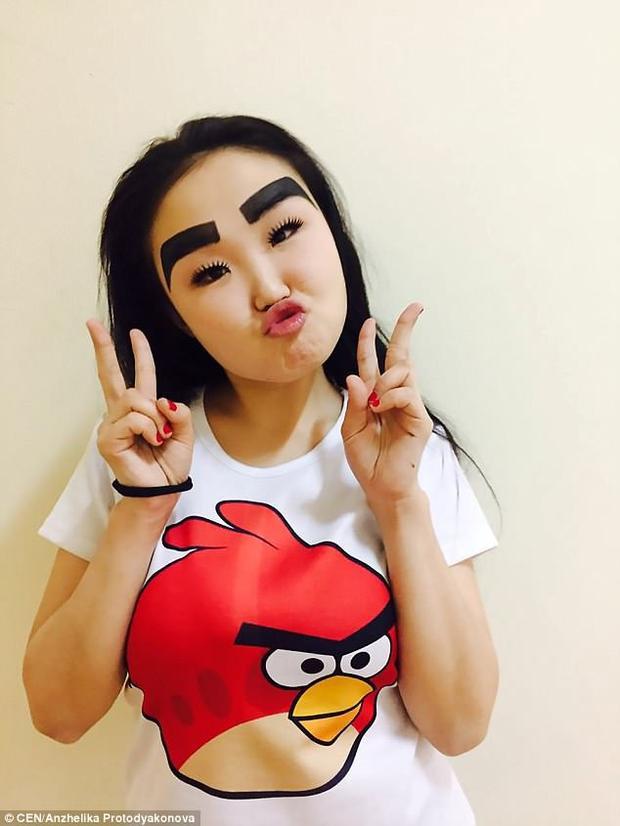 Giờ đây, người hâm mộ của cô đã khá quen với những hình ảnh khác lạ này của Anzhelika, thậm chí cô còn phối chúng với nhiều bộ trang phục khác nhau: khi thì mặc đồ truyền thống của Mexico, khi thì tạo dáng trong chiếc áo phông Angry bird.