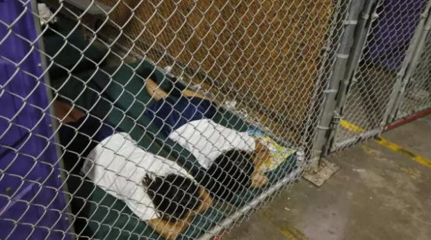 Hình ảnh trẻ em phải ngủ trong lồng kín, bị giam giữ riêng biệt theo tuổi và giới tính. Ảnh: AP