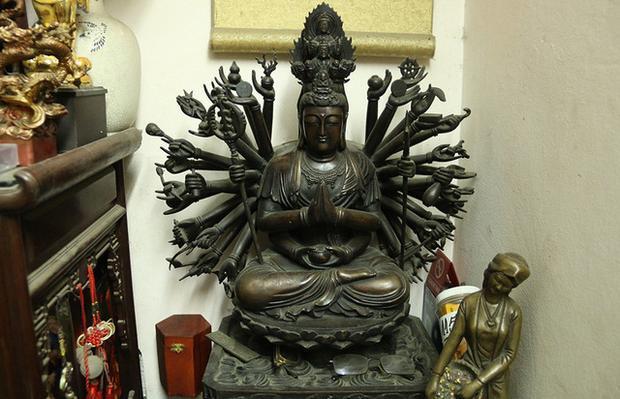 Bức tượng Phật nghìn tay nghìn mắt do ông Khang tạo tác, nặng khoảng 80 kg.