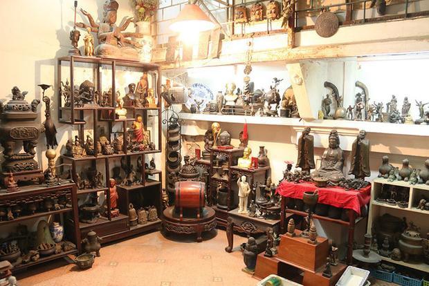 Căn nhà nhỏ của nghệ nhân đúc đồng nổi tiếng Lê Văn Khang (Hoàn Kiếm, Hà Nội) lưu giữ hàng trăm bức tượng bằng đồng lớn nhỏ khác nhau. Phần lớn tượng do chính tay nghệ nhân Lê Văn Khang đúc từ những ngày đầu theo nghiệp cho tới sau này.