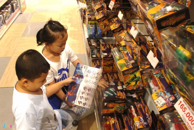 """Các bé cũng rất háo hức với đồ chơi nên """"vòi vĩnh"""" cha mẹ mua cho bằng được trong dịp nghỉ hè. Ảnh: Phúc Minh."""