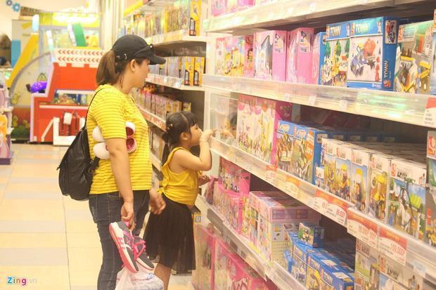 Kết thúc năm học trùng với lễ Quốc tế Thiếu nhi nên nhiều phụ huynh mạnh tay chi tiền triệu mua đồ chơi cho các em. Ảnh: Phúc Minh.