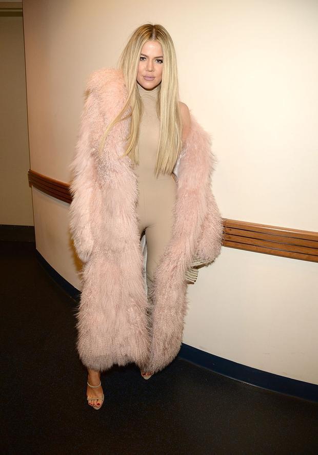 Xuất hiện trong show diễn của Kayne West, Khloe chọn bộ suit màu nude, khoác ngoài là chiếc áo lông dài màu hồng. Đây là thời điểm cô bắt đầu phát triển chương trình thực tế của gia đình. Với mái tóc màu sáng, Khloe thật sự xinh đẹp và quyến rũ.