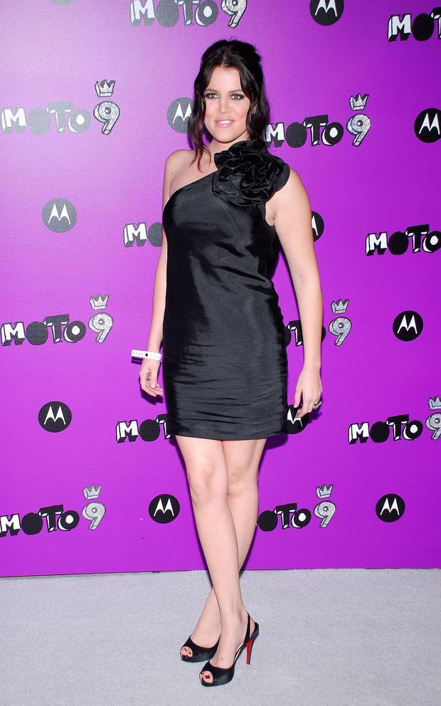Sau đó vài năm, thân hình Khloe trông thon gọn hơn. Cô xuất hiện khá trẻ trung trong chiếc đầm lệch vai màu đen gợi cảm.