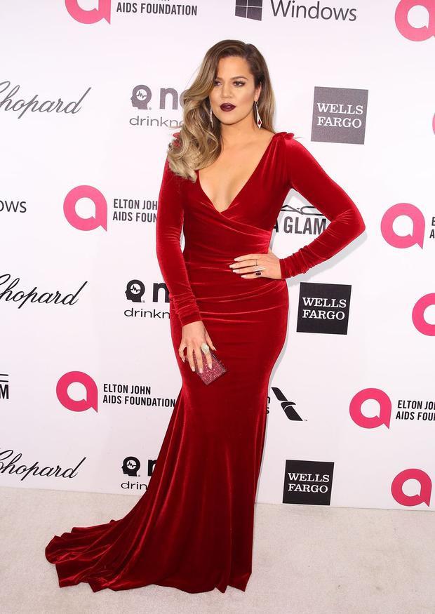Khloe xuất hiện sang trọng trong chiếc đầm velvet xẻ ngực quyến rũ. Có thể nói, đây là bộ váy đẹp và phù hợp nhất trong thời điểm này của Khloe.