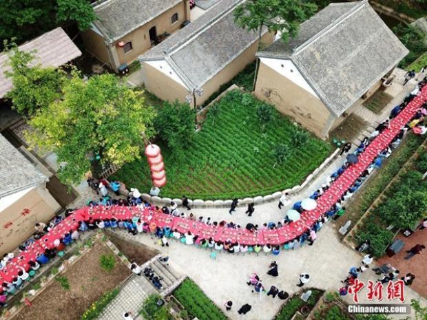 Chiếc bàn tiệc được thiết kế và sắp xếp theo hình con rồng màu đỏ, nối dài hàng kilomet.