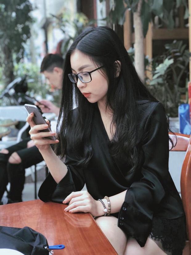 Cả hai công khai mối quan hệ và thường xuyên chia sẻ khoảnh khắc hẹn hò lãng mạn trên mạng xã hội. 9X là chỗ dựa tinh thần vững chắc cho bạn trai lập công, tỏa sáng trong màu áo đội tuyển U23 quốc gia. Cô nhiều lần xuất hiện trên khán đài sân cỏ để cổ vũ, động viên cho Nguyễn Quang Hải.