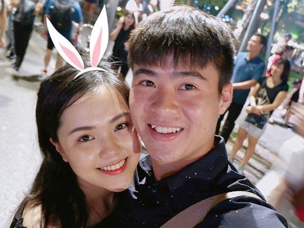 Nửa kia của đội phó U23 Việt Nam Đỗ Duy Mạnh là Nguyễn Quỳnh Anh, 22 tuổi (Hà Nội). Quỳnh Anh khiến nhiều fan của Duy Mạnh ngưỡng mộ khi cô là một trong những sinh viên năm cuối xuất sắc khoa Luật quốc tế, Học viện Ngoại giao.