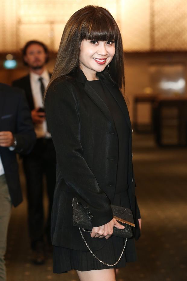 Khác với em gái, Lưu Thiên Hương gây ấn tượng với set đồ black-on-black.