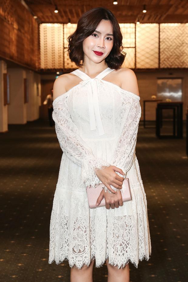 Lưu Hương Giang diện váy trắng trẻ trung.
