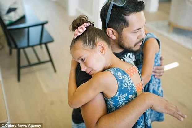 Bé Adriana và em song sinh ôm chầm lấy Mike trong lần gặp gỡ.