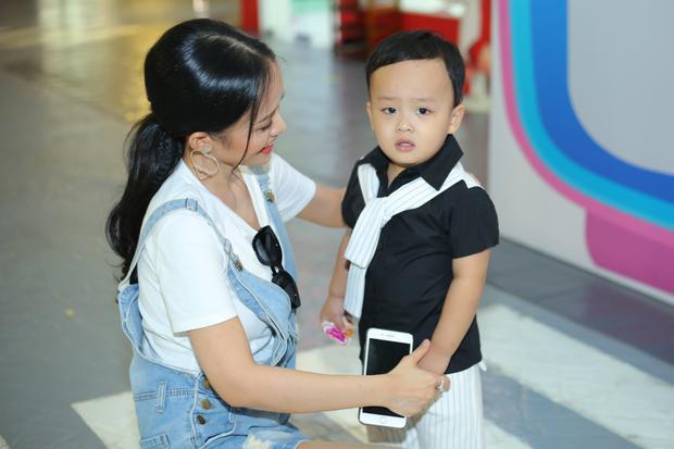 Tối qua, diễn viên Thanh Trúc dẫn con trai đến sự kiện ra mắt một kênh truyền hình mới của dành cho thiếu nhi. Đây là dịp hiếm hoi bà mẹ đơn thân đưa con đi sự kiện. Cậu bé Sumo gần ba tuổi nhưng trông rất rắn rỏi, bụ bẫm.