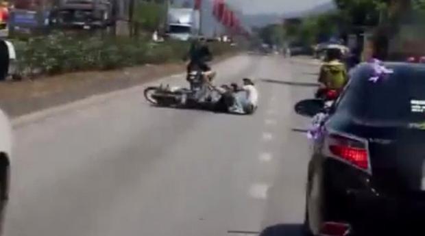 Chiếc xe máy bị ngã xuống đường - (ảnh cắt từ clip).