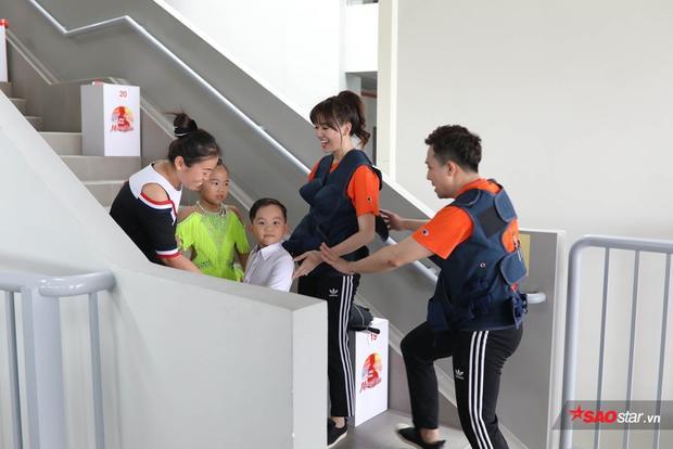 Trấn Thành - Hari Won mất thời gian vì 2 khách mời tý hon.