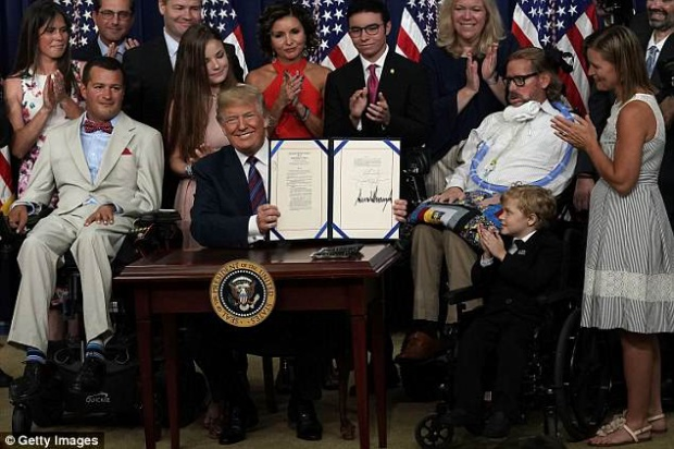 """Tổng thống Trump ký vào dự luật """"Quyền được thử"""". Ảnh: Getty"""