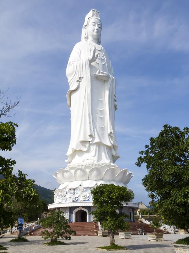 Bức tượng Phật Quan Thế Âm tại chùa Linh Ứng (Đà Nẵng) với17 tầng, cao 67 m được xem là tượng Quan Thế Âm cao nhất Việt Nam. Tượng có đường kính tòa sen rộng 35 m và đường kính lòng tượng rộng 17 m. Đặc biệt, du khách có thể ngắm toàn cảnh bán đảo Sơn Trà và một phần Đà Nẵng từ đỉnh đầu tượng