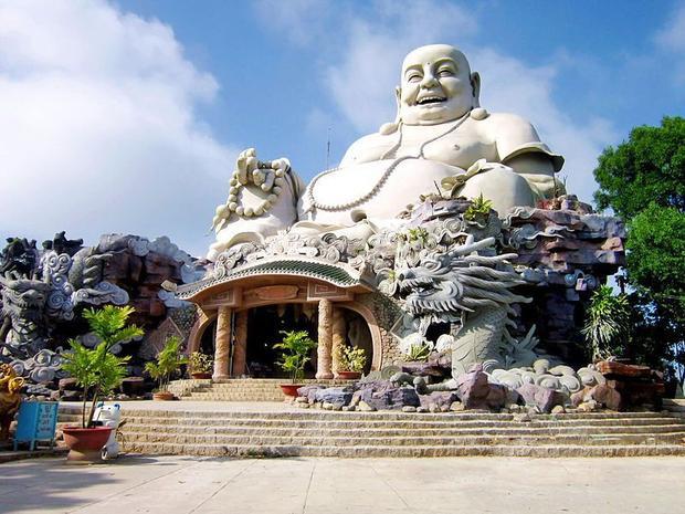 Pho tượng Phật Di Lặcnằm trên núi Cấm thuộc chùa Phật Lớn, xã An Hảo, huyện Tịnh Biên, An Giang được mệnh danh là pho tượng lớn nhất trên đỉnh núi ở châu Á. Với chiều cao nổi bật gần 34m, màu trắng sáng với nụ cười từ bi, hỉ xả và bụng to đặc trưng của Phật Di Lặc. Đây là một trong những địa điểm tâm linh quan trọng với người dân nơi đây.