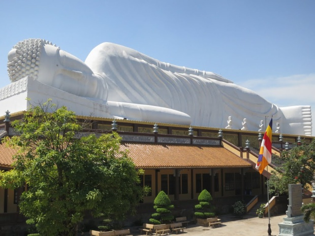 Tượng Phật của chùa Hội Khánh (Bình Dương) với kích thước dài 52 m, cao 12 m nằm cách mặt đất 24 m được xem là tượng Phật nằm dài nhất Việt Nam. Không dừng ở đó, pho tượng này cũng đón nhận kỷ lục về tượng Phật nhập niết bàn nằm trên mái dài nhất châu Á.