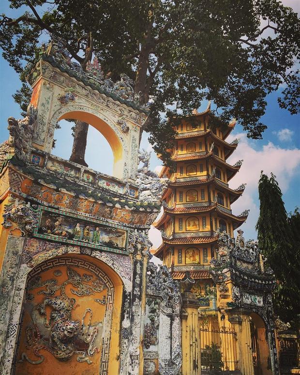 Nếu các pho tượng thường được chế tác từ đồng, đá hay bê tông, thì bức tượng Đạt Ma Sư Tổ ở chùa Tây Tạng (Bình Dương) lại hút du khách với danh xưng pho tượng tết bằng tóc lớn nhất Việt Nam. Tượng cao 2,32 m, được tạo chủ yếu từ tóc của Phật tử, mật rỉ đường và vôi vữa. Pho tượng còn có nón lá trên đòn gánh.