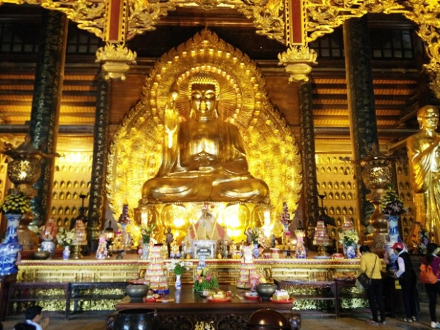 Chùa Bái Đính, Ninh Bình là một trong những ngôi chùa sở hữu nhiều kỷ lục Việt Nam, chùa có nhiều pho tượng khiến du khách thập phương trầm trồ. Đáng chú ý nhất là tượng Phật Thích Ca bằng đồng dát vàng cao 10 m, cao 1,5 m, nặng 100 tấn lớn nhất châu Á.