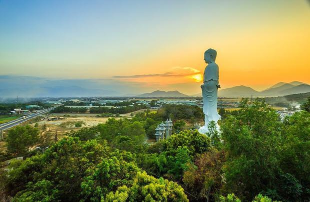 Tượng Phật A Di Đà cao nhất Việt Nam ở chùa Tòng Lâm Lô Sơn thuộc xã Vĩnh Phương, TP Nha Trang, Khánh Hòa.Tượng cao 44,8 m, được xây dựng từ năm 2009 - 2012 với tổng kinh phí 6,546 tỶ đồng, do kỹ sư Lê Đồng Thuyền thiết kế và điêu khắc gia Thụy Lam, Hồ Văn Đen thực hiện.