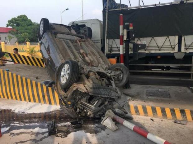 Đầu xe ô tô con nát bét sau tai nạn. Ảnh: Vietnamnet.