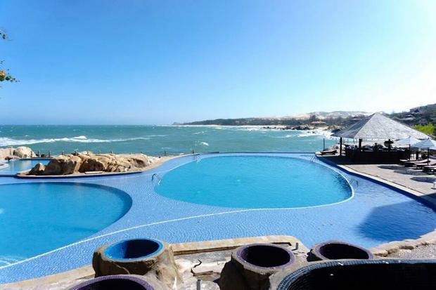 Cận cảnh hồ bơi lộ thiên sát biển của resort. Ảnh: FBNV