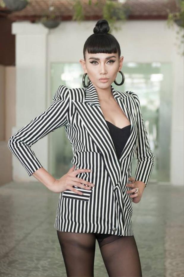 Lẽ ra, khi chọn phong cách này, Võ Hoàng Yến nên lưu ý đến độ dài của trang phục. Thông thường, độ dài tà áo đến nửa đùi sẽ không gây cảm giác phô phang, còn nếu không, siêu mẫu có thể diện cùng quần short, tạo vẻ kín đáo hơn.