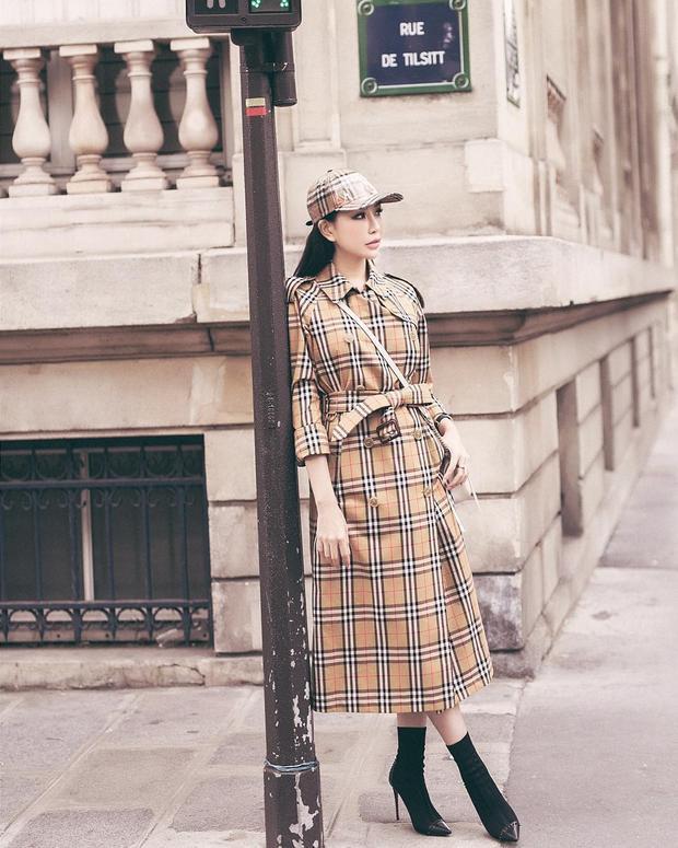 """Hoa hậu Lam Cúc lại khiến nhiều tín đồ thời trang """"nể phục"""" bởi độ chịu chơi và chịu chi của người đẹp. Cô sẵn sàng bỏ ra món """"tiền tạ, tiền tấn"""" để sở hữu cả combo áo măng-tô cùng mũ lưỡi trai của thương hiệu Burberry."""