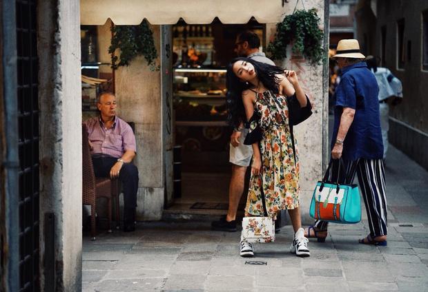 """Chẳng hề thua kém bạn trai, Châu Bùi mang lại hình tượng thú vi khi mix váy hoa nữ tính cùng đôi giày """"ông già"""" của Louis Vuitton."""