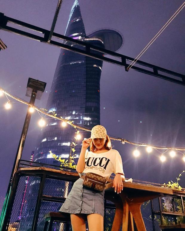 Áo phông cùng túi đeo hông fanny pack của thương hiệu Gucci là cách để Quỳnh Thư tăng thêm độ cá tính cho bản thân.
