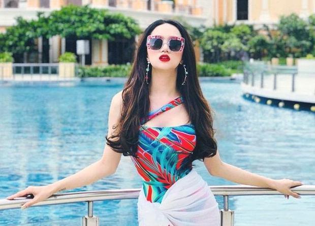 """Hương Giang Idol như muốn """"đốt nóng"""" bầu không khí ngày hè với mẫu áo tắm một mảnh in họa tiết rực rỡ. Người đẹp cũng được cộng điểm với cách chọn son đỏ tiệp màu áo, nổi bật nhưng chẳng hề sặc sỡ."""