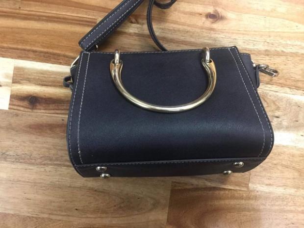 Túi xách nhóm cướp giật của cô gái.