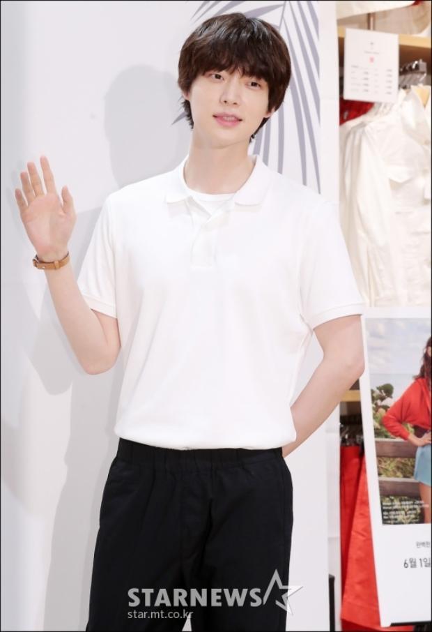 Lâu lắm mới xuất hiện cùng nhau, Ahn Jae Hyun mải đắm chìm vào nhan sắc của nàng cỏ Goo Hye Sun