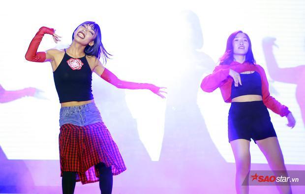 Đội tóc giả, diện áo hai dây và váy, trang điểm đậm, nam sinh của Học viện Báo chí và Tuyên truyền đã có màn hóa thân xuất sắc thành ca sĩ Chi Pu trong MV Đóa hoa hồng.