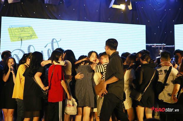 Nam sinh trường Báo cosplay Chi Pu, Bích Phương cover hit Đóa hoa hồng và Bùa yêu khiến dân tình phát sốt