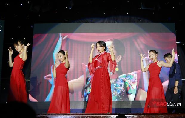 Màn cover MV Bùa Yêu (Bích Phương) theo phong cách cổ trang của các vũ công sinh viên mang lại cảm giác mới mẻ, thú vị.